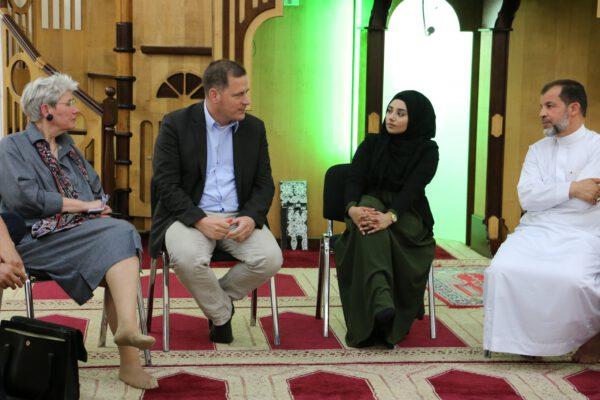 v.l.n.r.: Winfriede Schreiber, Bernhard Heider, Vertreterin Dar-as-Salam-Moschee, Imam M. Taha Sabri