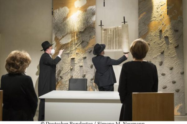 Die in Israel restaurierte Sulzbacher Torarolle von 1793 ergänzt die Gedenkstunde für die Opfer des Nationalsozialismus. In einer feierlichen Zeremonie wird sie unter Beteiligung der Repräsentanten der Verfassungsorgane, der beiden Gedenkrednerinnen, des Amberger Rabbiners Elias Dray, desRabbiners Shaul Nekrich und des Vorsitzenden des Zentralrats der Juden in Deutschland, Dr. Josef Schuster, im Andachtsraum des Bundestages im Reichstagsgebäude fertiggestellt.