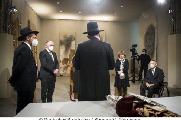 Die in Israel restaurierte Sulzbacher Torarolle von 1793 ergänzt die Gedenkstunde für die Opfer des Nationalsozialismus. In einer feierlichen Zeremonie wird sie unter Beteiligung der Repräsentanten der Verfassungsorgane, der beiden Gedenkrednerinnen, des Amberger Rabbiners Elias Dray, des Rabbiners Shaul Nekrich und des Vorsitzenden des Zentralrats der Juden in Deutschland, Dr. Josef Schuster, im Andachtsraum des Bundestages im Reichstagsgebäude fertiggestellt. Nach der Zeremonie unterhalten sich Bundestagspräsident Dr. Wolfgang Schäuble (r), CDU/CSU, MdB, Charlotte Knobloch (2.vr), und Bundespräsident Frank-Walter Steinmeier (2.vl) mit den Rabbinern.